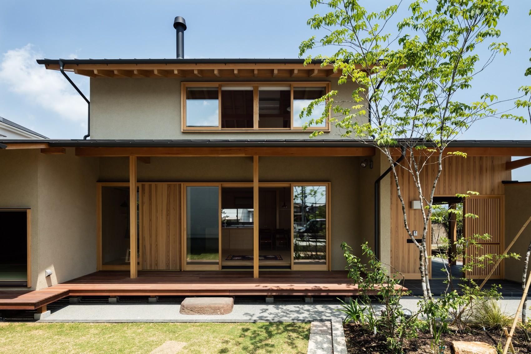 外観事例:軒下空間を介して繋がる建物の内と外(眺望とお庭を楽しむ|火のある暮らしを楽しむ住まい 天理の家)