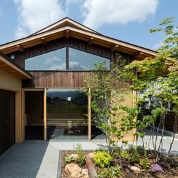 眺望とお庭を楽しむ|火のある暮らしを楽しむ住まい 天理の家 (平屋のような佇まい)
