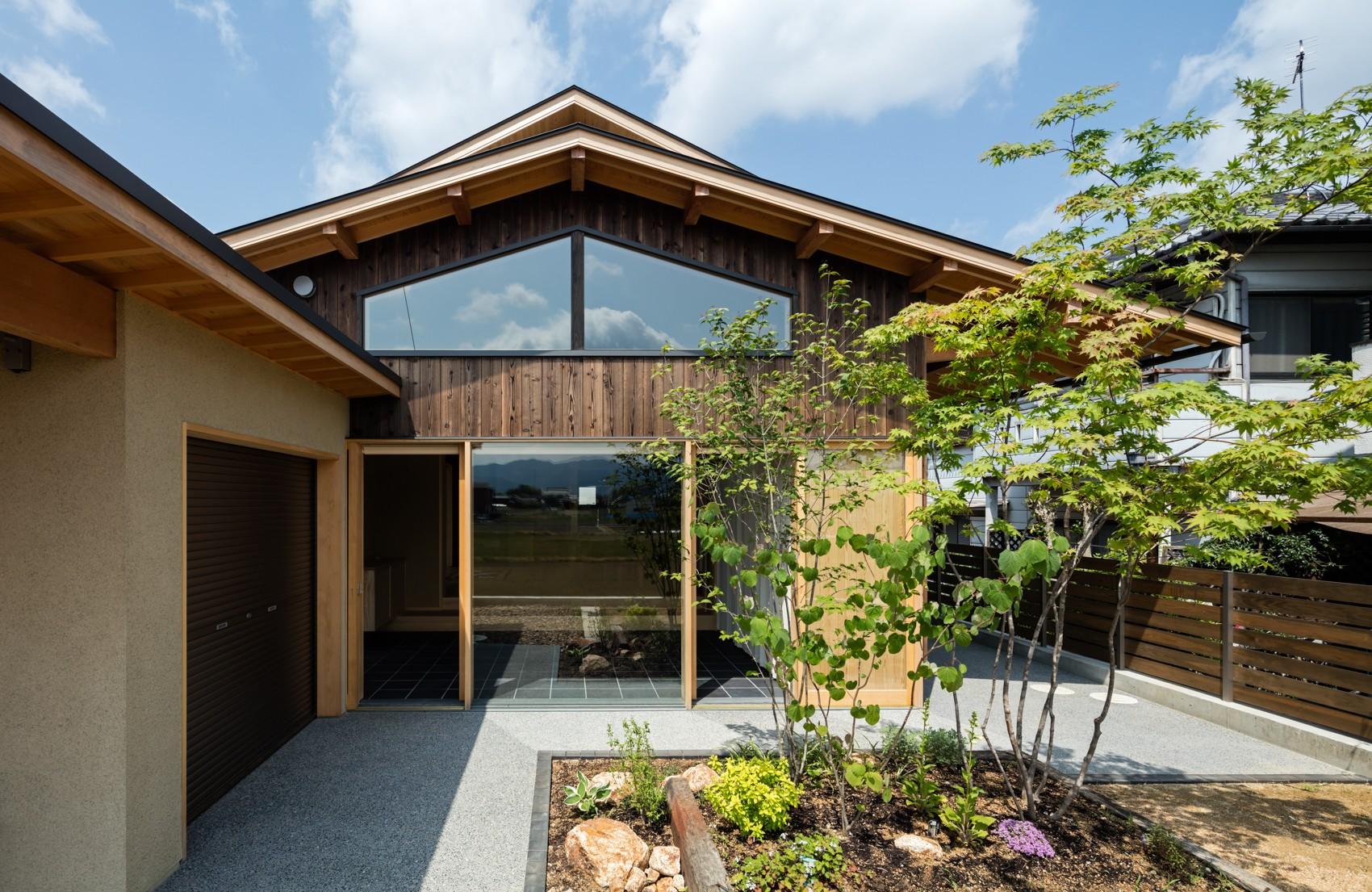 外観事例:平屋のような佇まい(眺望とお庭を楽しむ|火のある暮らしを楽しむ住まい 天理の家)