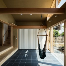 多目的に利用できるゆったりとした土間玄関 (眺望とお庭を楽しむ|火のある暮らしを楽しむ住まい 天理の家)
