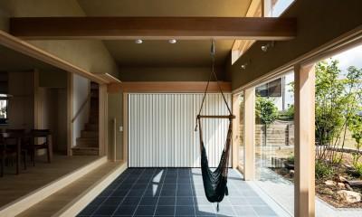 多目的に利用できるゆったりとした土間玄関|眺望とお庭を楽しむ|火のある暮らしを楽しむ住まい 天理の家