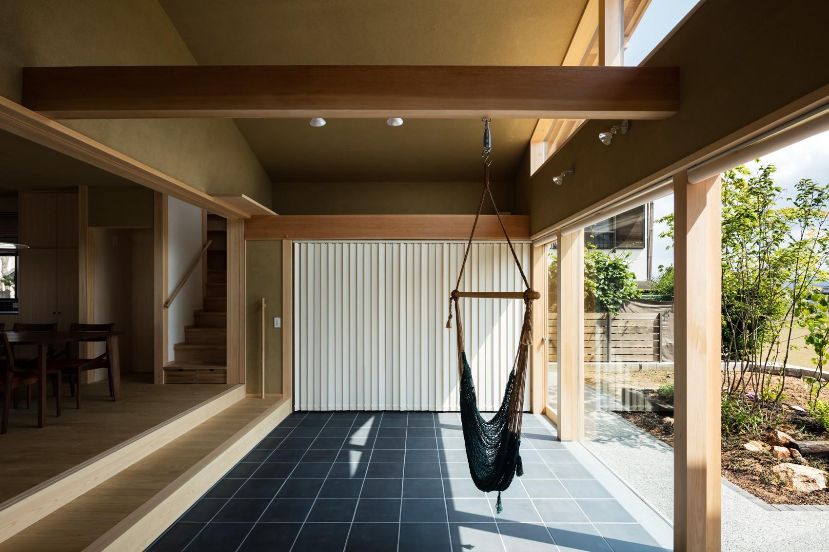 玄関事例:多目的に利用できるゆったりとした土間玄関(眺望とお庭を楽しむ|火のある暮らしを楽しむ住まい 天理の家)