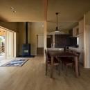 眺望とお庭を楽しむ|火のある暮らしを楽しむ住まい 天理の家の写真 薪ストーブのある心地良いLDK