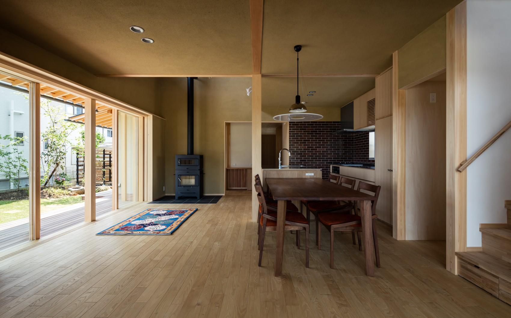 リビングダイニング事例:薪ストーブのある心地良いLDK(眺望とお庭を楽しむ|火のある暮らしを楽しむ住まい 天理の家)