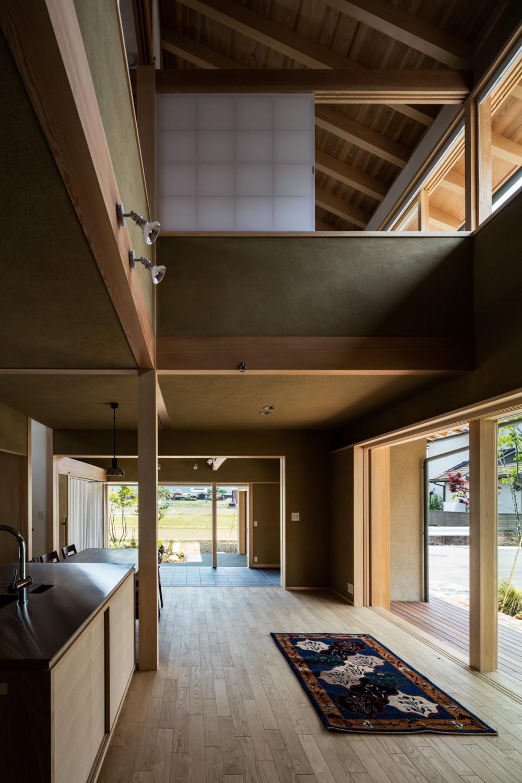 眺望とお庭を楽しむ|火のある暮らしを楽しむ住まい 天理の家 (2方向に周辺の自然環境を眺められる大らかな生活空間)