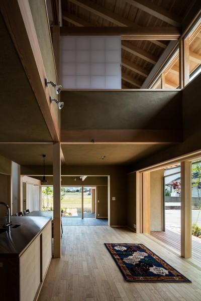 2方向に周辺の自然環境を眺められる大らかな生活空間 (眺望とお庭を楽しむ|火のある暮らしを楽しむ住まい 天理の家)