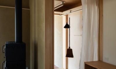 眺望とお庭を楽しむ|火のある暮らしを楽しむ住まい 天理の家 (室内物干し+家事スペース)