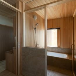 眺望とお庭を楽しむ|火のある暮らしを楽しむ住まい 天理の家 (檜の浴室)