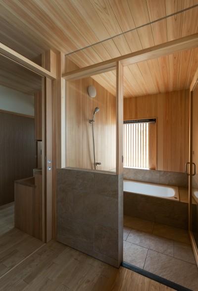 檜の浴室 (眺望とお庭を楽しむ|火のある暮らしを楽しむ住まい 天理の家)