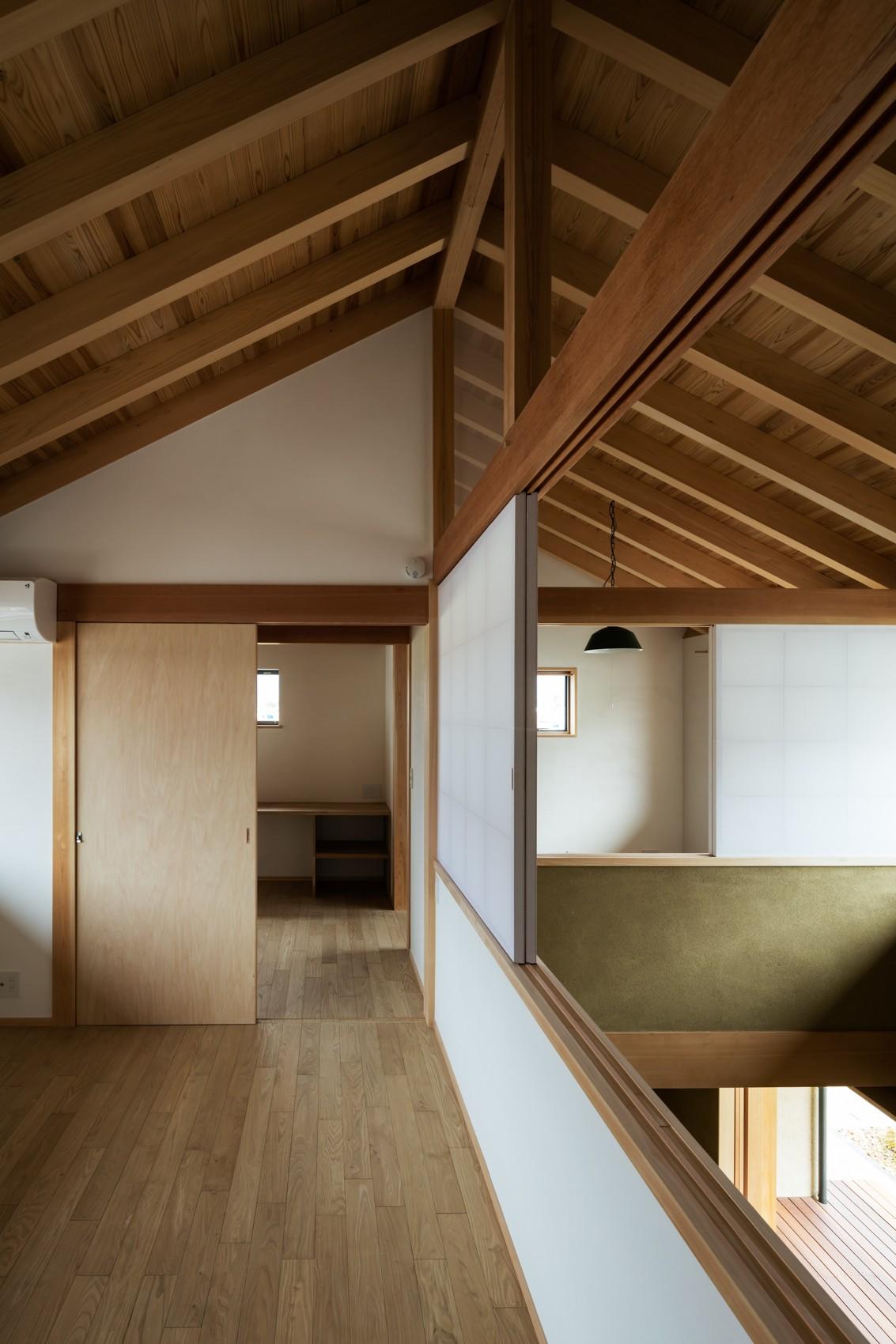 ベッドルーム事例:2階:個室空間+吹抜(眺望とお庭を楽しむ|火のある暮らしを楽しむ住まい 天理の家)