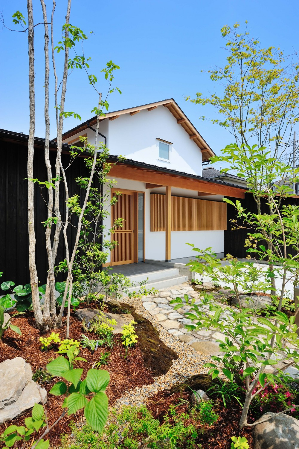 ウッドデッキで繋がる空間|趣味を楽しむ住まい 姫路の家 (和の趣を感じさせる外観)