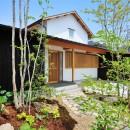 ウッドデッキで繋がる空間|趣味を楽しむ住まい 姫路の家の写真 和の趣を感じさせる外観