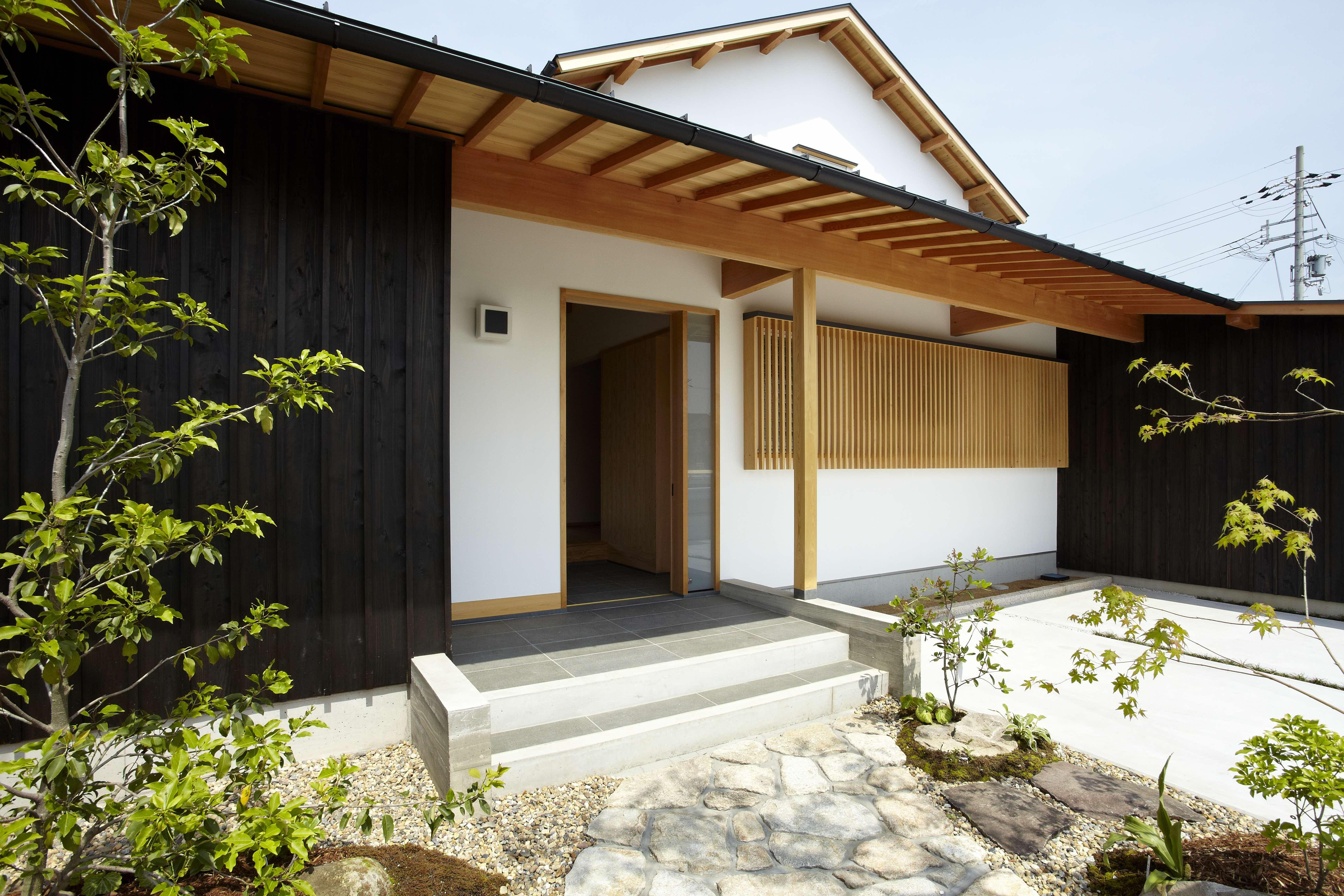 外観事例:玄関ポーチ(ウッドデッキで繋がる空間|趣味を楽しむ住まい 姫路の家)