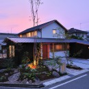 ウッドデッキで繋がる空間|趣味を楽しむ住まい 姫路の家の写真 夕景