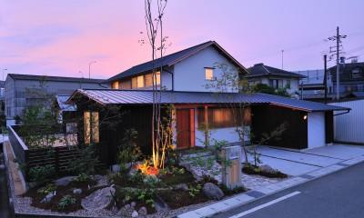 ウッドデッキで繋がる空間|趣味を楽しむ住まい 姫路の家 (夕景)