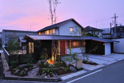 夕景 (ウッドデッキで繋がる空間|趣味を楽しむ住まい 姫路の家)