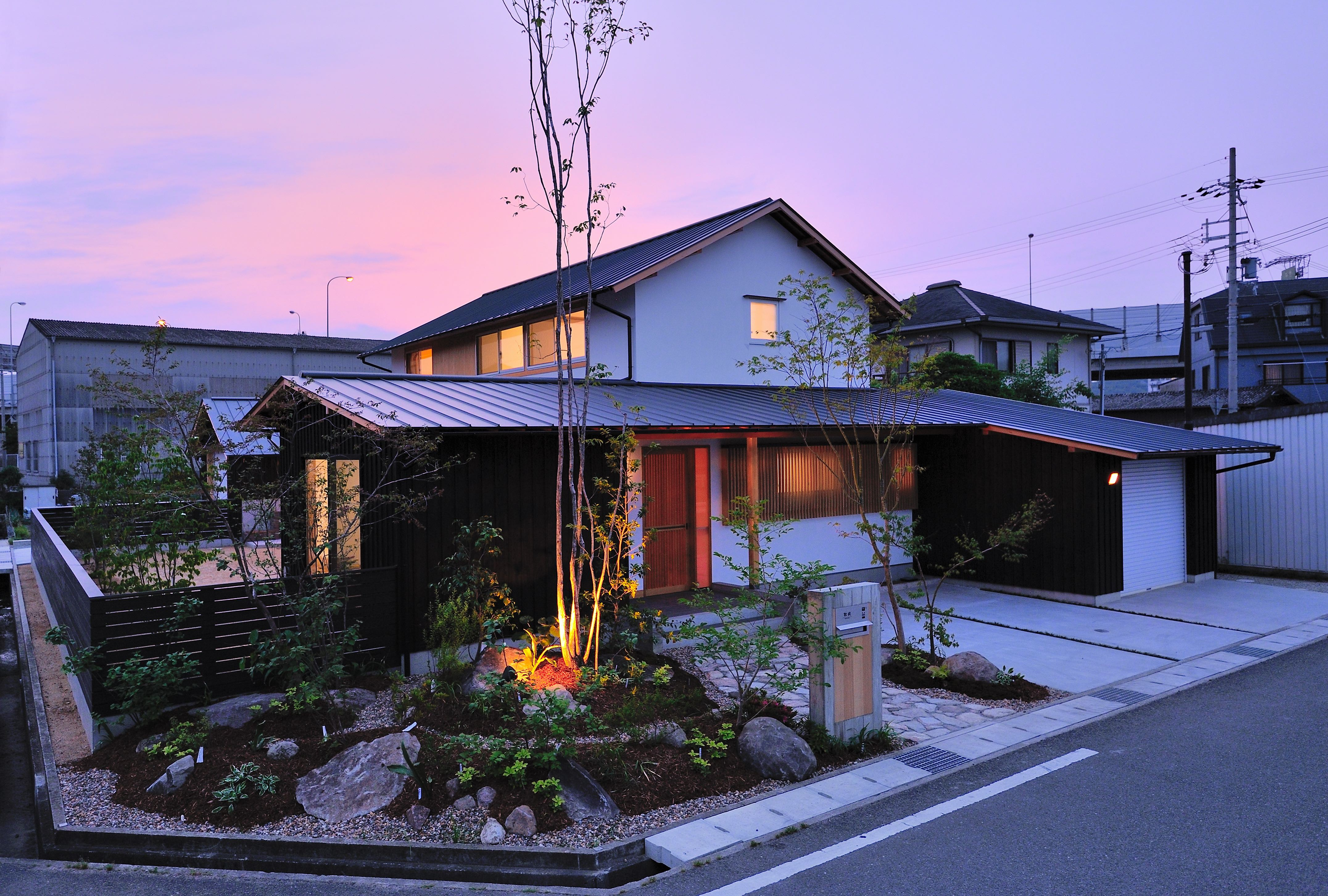 外観事例:夕景(ウッドデッキで繋がる空間|趣味を楽しむ住まい 姫路の家)
