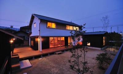 夕景|ウッドデッキで繋がる空間|趣味を楽しむ住まい 姫路の家