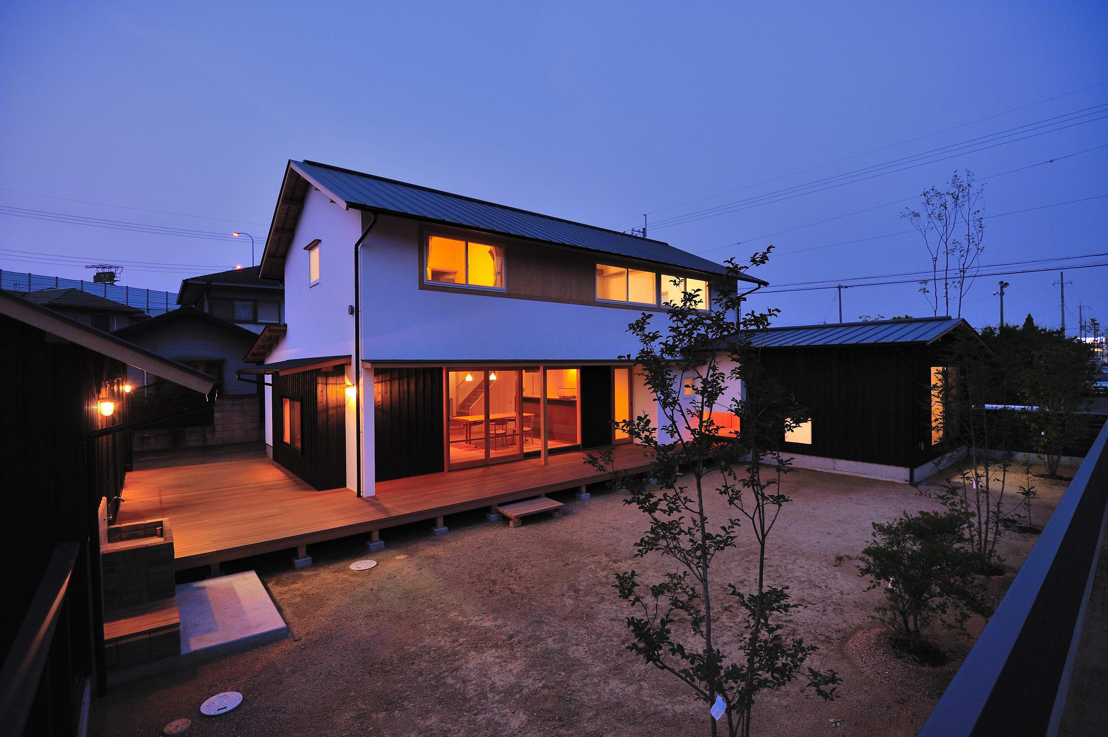 外観事例:夕景(ウッドデッキで繋がる空間 趣味を楽しむ住まい 姫路の家)