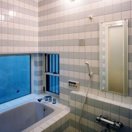 子供達が元気に遊びまわる家 (2色のタイルをストライプに貼り分けた浴室)