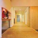 ウッドデッキで繋がる空間|趣味を楽しむ住まい 姫路の家の写真 ゆったりとした玄関ホール