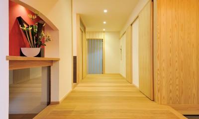 ウッドデッキで繋がる空間|趣味を楽しむ住まい 姫路の家 (ゆったりとした玄関ホール)