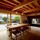 ウッドデッキで繋がる空間|趣味を楽しむ住まい 姫路の家の写真 明るく暖かな雰囲気を持つ家族の集う場所