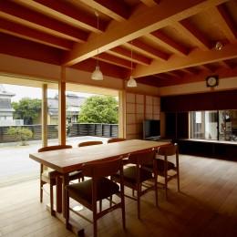 ウッドデッキで繋がる空間|趣味を楽しむ住まい 姫路の家 (明るく暖かな雰囲気を持つ家族の集う場所)