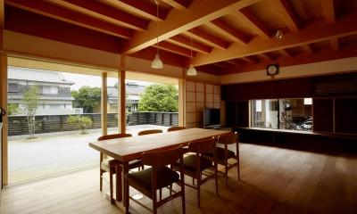 明るく暖かな雰囲気を持つ家族の集う場所|ウッドデッキで繋がる空間|趣味を楽しむ住まい 姫路の家