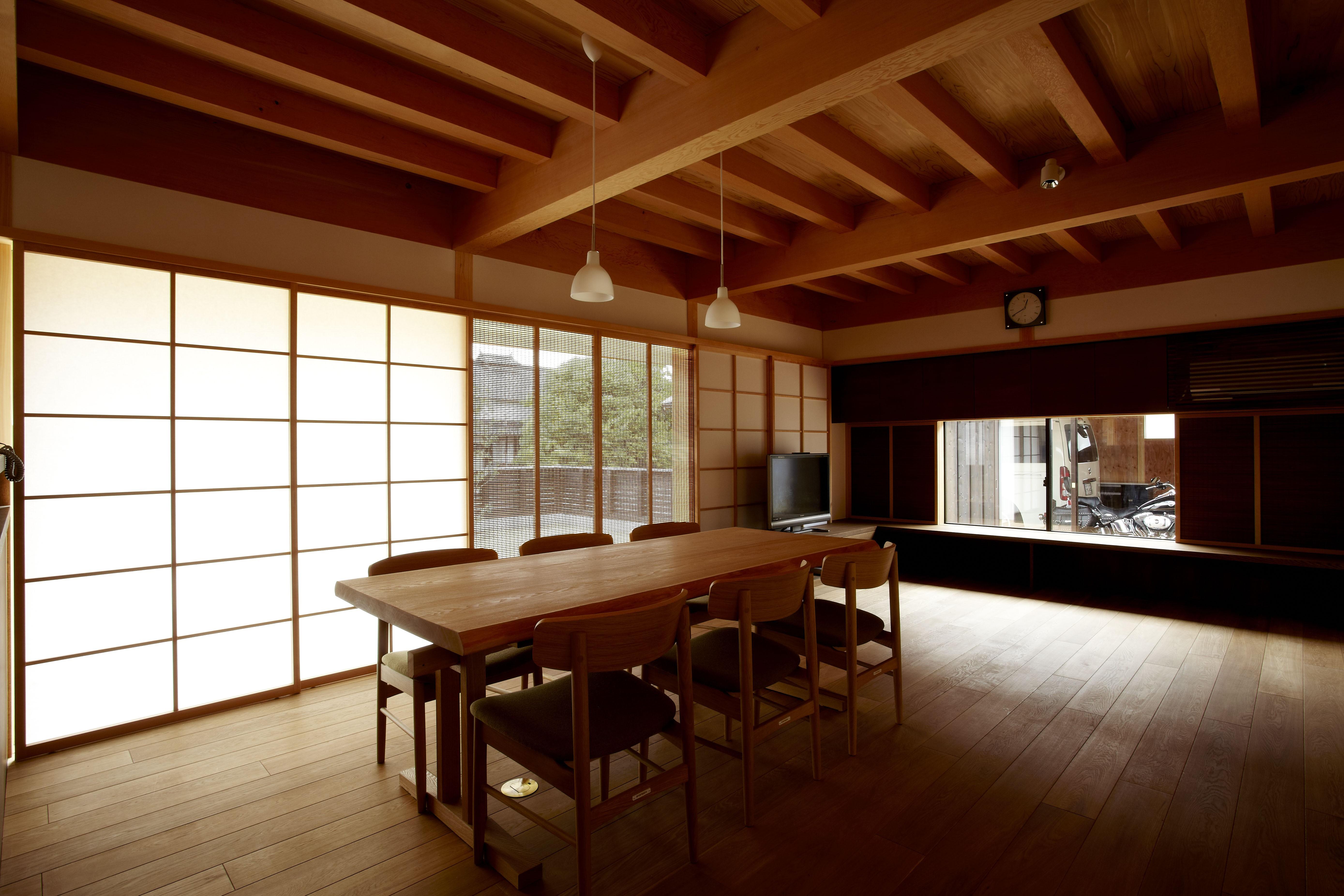 リビングダイニング事例:居間食堂(ウッドデッキで繋がる空間|趣味を楽しむ住まい 姫路の家)