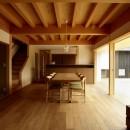ウッドデッキで繋がる空間|趣味を楽しむ住まい 姫路の家の写真 和室と隣接するLDK