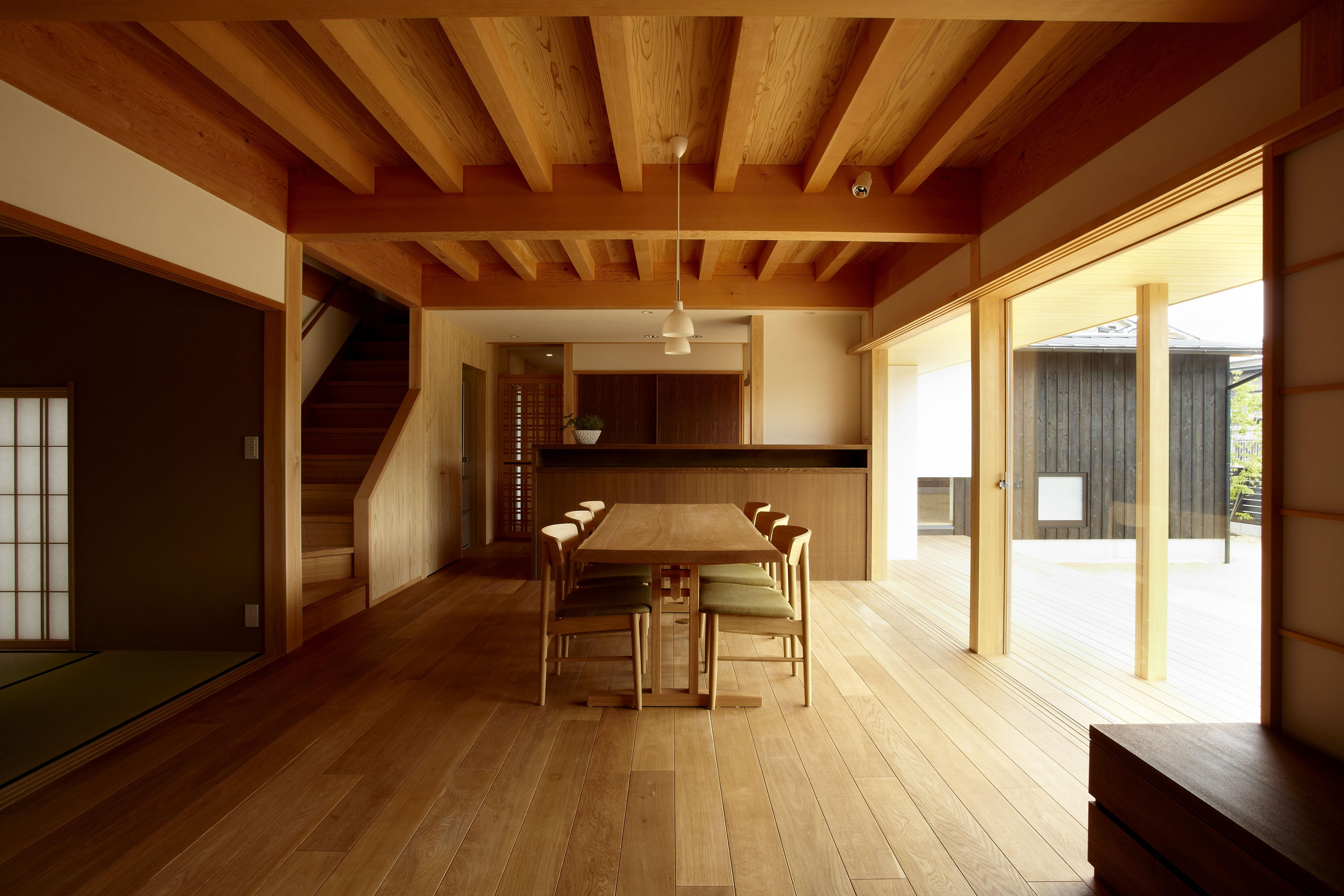 リビングダイニング事例:和室と隣接するLDK(ウッドデッキで繋がる空間|趣味を楽しむ住まい 姫路の家)