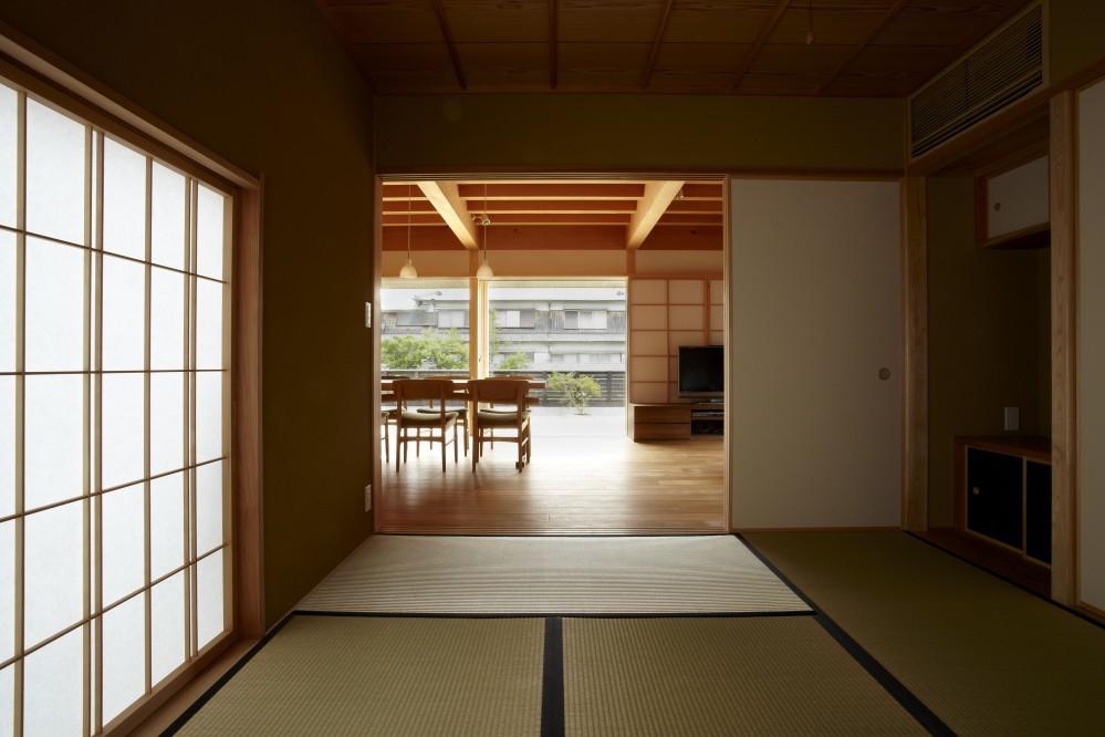 ウッドデッキで繋がる空間|趣味を楽しむ住まい 姫路の家 (和室より見る)