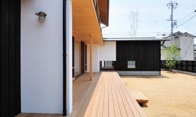 ウッドデッキで繋がる空間|趣味を楽しむ住まい 姫路の家 (開放的なウッドデッキ)