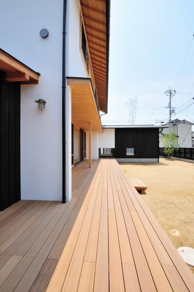 開放的なウッドデッキ (ウッドデッキで繋がる空間|趣味を楽しむ住まい 姫路の家)
