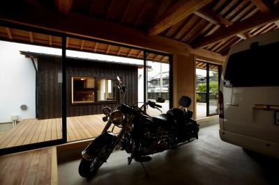 ウッドデッキで繋がる空間|趣味を楽しむ住まい 姫路の家 (趣味を楽しむことができる離れ)