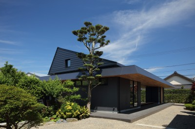 ZUSHI (厨子二階を受け継いだ屋根)