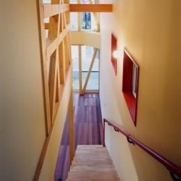 子供達が元気に遊びまわる家 (リビングから登る階段もワクワクするように!)