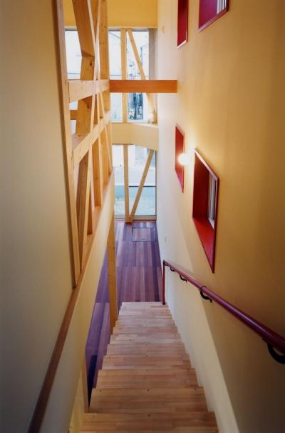 リビングから登る階段もワクワクするように! (子供達が元気に遊びまわる家)