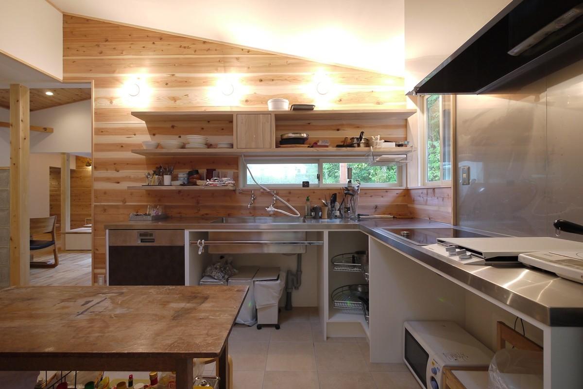 キッチン事例:ステンレス天板のオーダーキッチン(森を望む家)