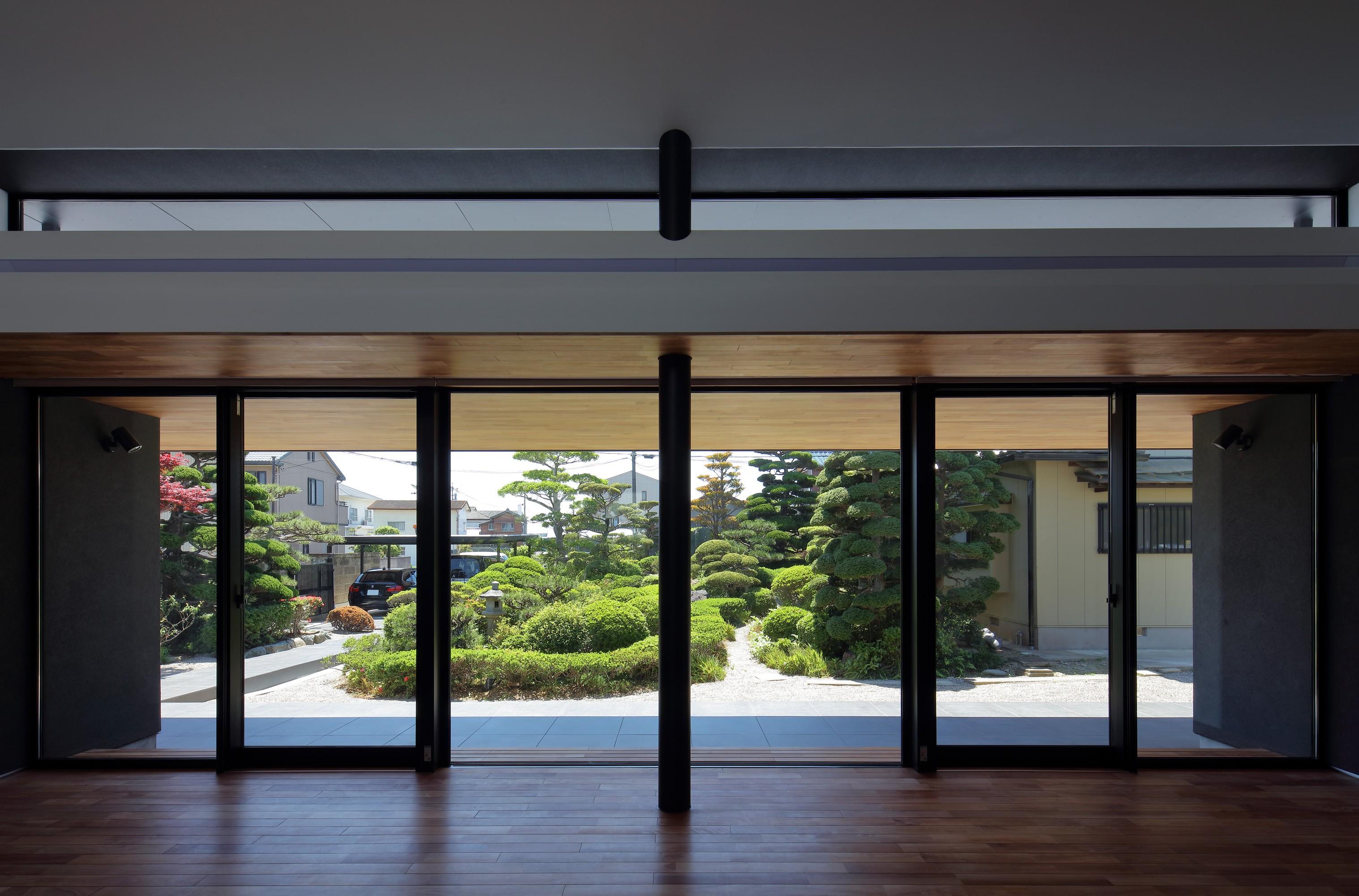リビングダイニング事例:リビングから庭園を見る(ZUSHI)