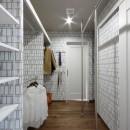 一戸建住宅デザインリフォーム ヘリンボーンスタイルの写真 ウォークインクローゼット