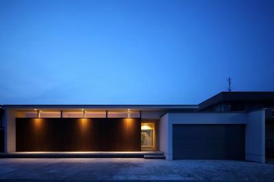人を迎え入れるファサード (保月の家(ほづきのいえ)~お店のようなアプローチ空間~)