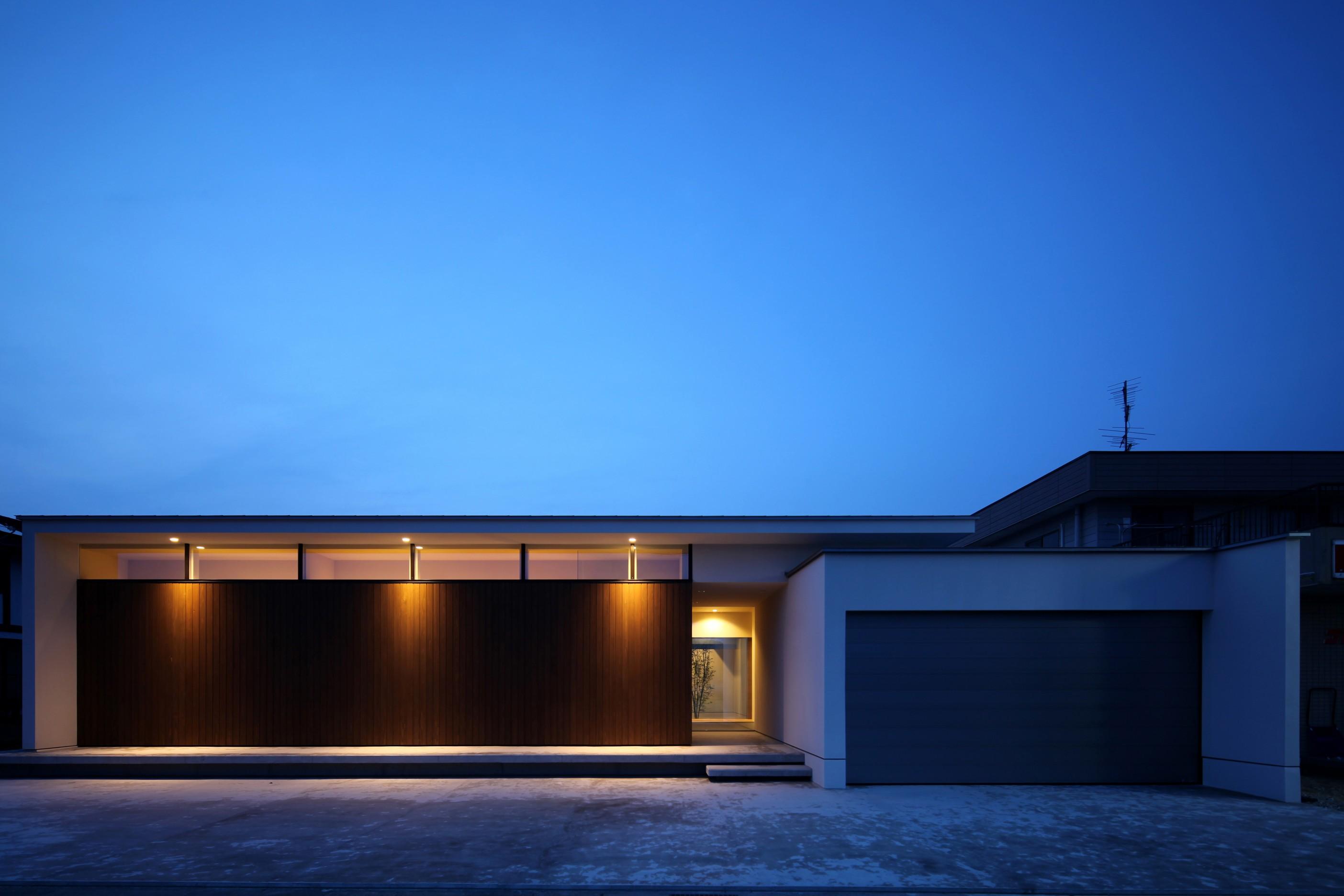 外観事例:人を迎え入れるファサード(保月の家(ほづきのいえ)~お店のようなアプローチ空間~)