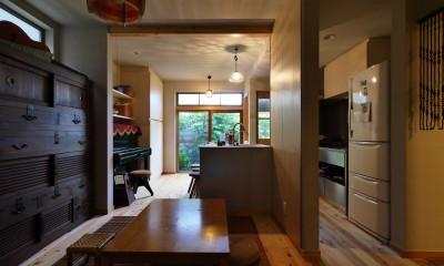 古さと共存するおもてなしキッチン|昭和ガラスの家