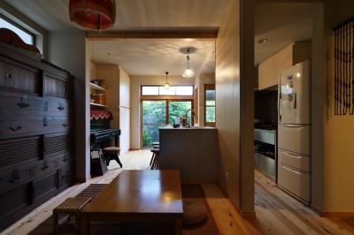 古さと共存するおもてなしキッチン (昭和ガラスの家)