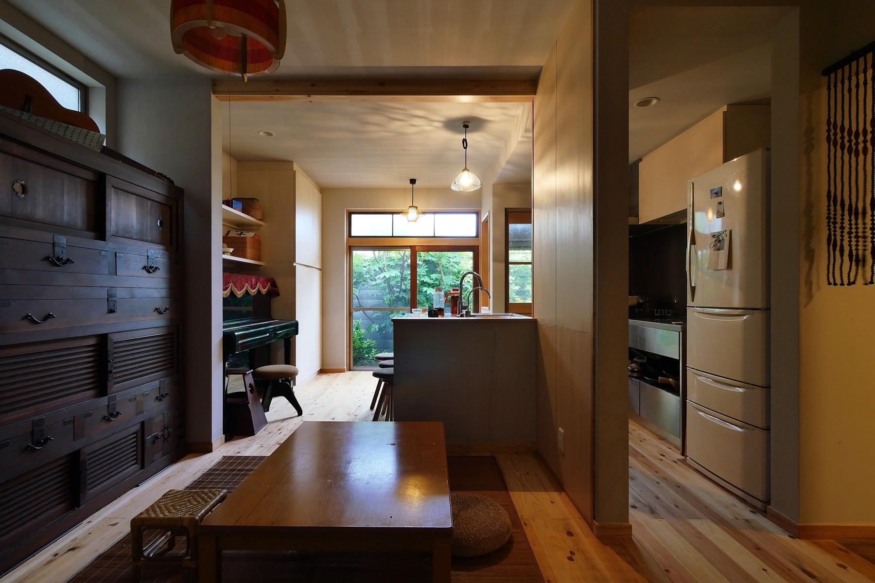 キッチン事例:古さと共存するおもてなしキッチン(昭和ガラスの家)