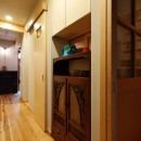 昭和ガラスの家の写真 回遊できる本の間