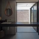 私たち流の心地よい家の写真 光庭に面したユーティリティと浴室