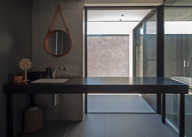 バス/トイレ事例:光庭に面したユーティリティと浴室(私たち流の心地よい家)